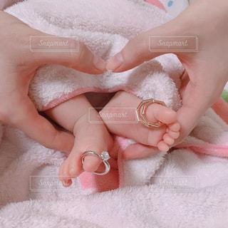 赤ん坊を抱く手の写真・画像素材[2264489]