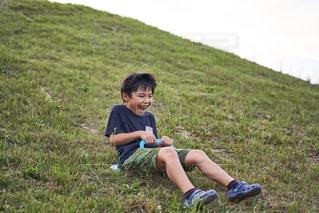 自然と少年の写真・画像素材[1620625]