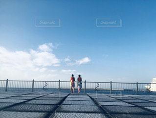 フェンスの隣の桟橋の閉鎖の写真・画像素材[2266914]