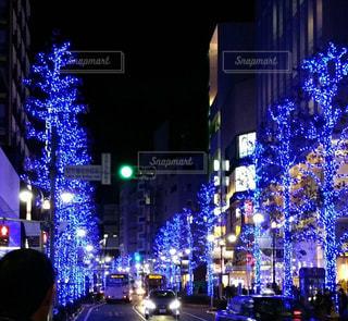 夜のにぎやかな街の通りのクローズアップの写真・画像素材[2266915]