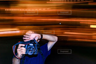 携帯電話を持っている人の写真・画像素材[2270158]
