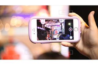 携帯電話を持っている人のクローズアップの写真・画像素材[2286986]