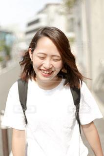 白いシャツを着た女性の写真・画像素材[2372884]