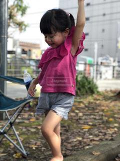 土の中に立っている小さな女の子の写真・画像素材[1545124]