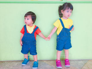 手を繋いでいる男の子と女の子の写真・画像素材[1546360]
