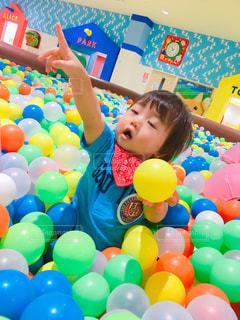 カラーボールで遊ぶ男の子の写真・画像素材[1548703]