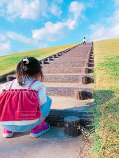 子ども,空,公園,芝生,青空,女の子,草,人物,人,未来,男の子,夢,ポジティブ,目標,可能性