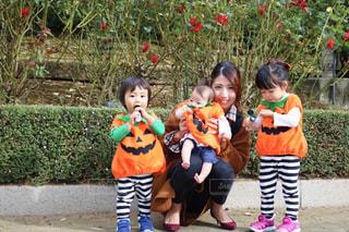 カボチャの仮装をした子供たちと私の写真・画像素材[1582238]