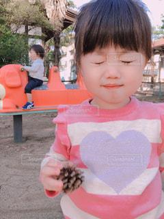 目をつぶってしまった女の子の写真・画像素材[1582268]