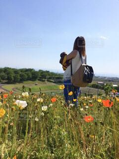 お花畑に立っている親子の写真・画像素材[1585510]