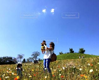 お花畑の中で立っている親子の写真・画像素材[1585514]