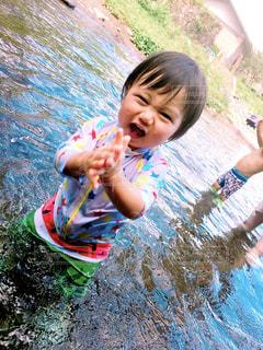 川遊びをする男の子の写真・画像素材[1589151]