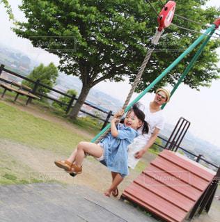 公園で遊んでいる親子の写真・画像素材[1589188]