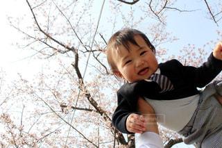 桜の前で笑顔の男の子の写真・画像素材[1589213]