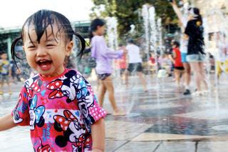 水遊びを楽しむ女の子の写真・画像素材[1589374]