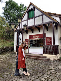 お店の前に立っている女性の写真・画像素材[1589442]