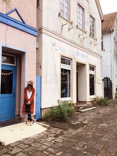 建物の前に立っている女性の写真・画像素材[1589447]