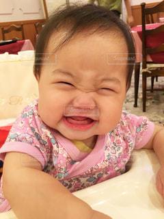 椅子に座っている赤ちゃんの写真・画像素材[1594795]