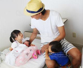 赤ちゃんを囲って笑う家族の写真・画像素材[1622515]