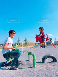シーソーで遊ぶ親子の写真・画像素材[1622522]