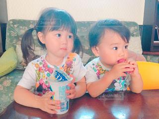 テーブルでアイスを食べる兄弟の写真・画像素材[1623478]
