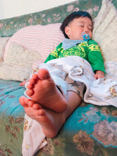 ソファーで寝ている男の子の写真・画像素材[1623485]