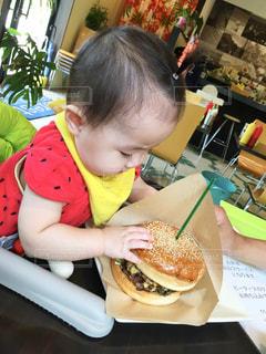 食事のテーブルに座っている女の子の写真・画像素材[1643620]
