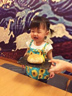 テーブルの前に立っている小さな子供の写真・画像素材[1643623]