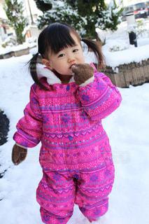 雪の中で立っている女の子の写真・画像素材[1671095]