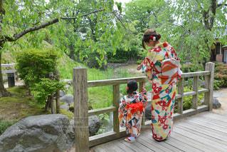 着物を着て立っている親子の写真・画像素材[2398687]