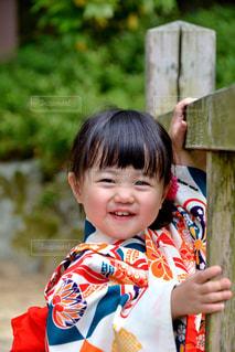着物を着て笑っている女の子の写真・画像素材[2398689]