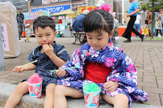 かき氷を食べる子供たちの写真・画像素材[2398833]