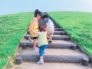 子供3人のうしろ姿の写真・画像素材[2644326]