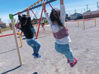 鉄棒で遊ぶ姉弟の写真・画像素材[2644348]