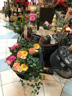 テーブルの上に座って花の花瓶の写真・画像素材[1543362]
