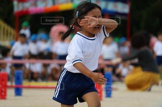 フットボールボールを持つ若い女の子の写真・画像素材[2497278]