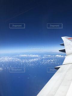 空中を高く飛ぶ大型飛行機の写真・画像素材[3012970]
