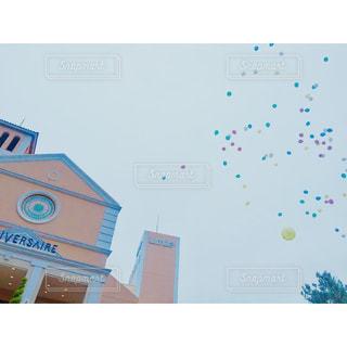 幸せを願って飛ばした風船の写真・画像素材[1596480]