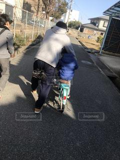 子ども,自転車,後ろ姿,人物,背中,道,人,後姿,パパ,通り,自転車の練習