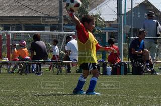 子ども,スポーツ,屋外,人物,ボール,人,サッカー,少年,若い,スポーツ スポーツの秋 男の子 サッカー 感動 大会