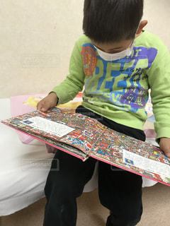 病院の待ち時間に読書の写真・画像素材[2897642]