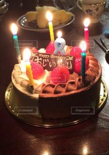 キャンドルとバースデー ケーキの写真・画像素材[1672804]