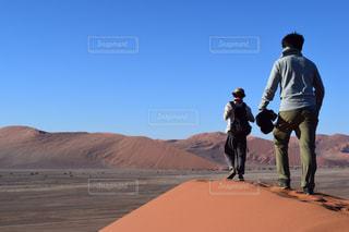 男性,空,青空,砂漠,未来,夢,アフリカ,ポジティブ,ナミビア,ナミブ砂漠,目標,チャレンジ,挑戦,可能性