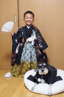 犬を持っている人の写真・画像素材[869125]