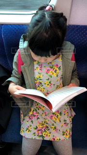 電車で移動中に読書の写真・画像素材[1554017]