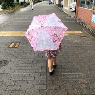 木,雨,傘,屋外,後ろ姿,道路,女の子,樹木,外,幼児,アンブレラ,黒い靴