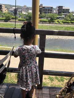 風景,空,夏,屋外,ワンピース,後ろ姿,道路,川,女の子,少女,草,樹木,人物,人,河川敷,地面,幼児,草木,黒い靴,納涼床,おだんご