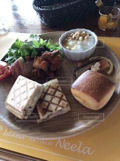 テーブルの上に食べ物のプレートの写真・画像素材[1856607]