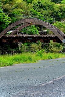 道路に架かる橋を渡る列車の写真・画像素材[4411000]