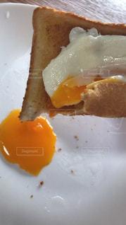 半熟目玉焼きトーストの写真・画像素材[1645059]